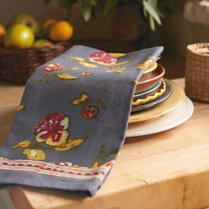 Tischdecken und Servietten nehmen die Farbe der Blüten ebenfalls auf