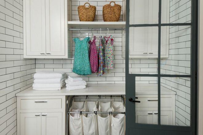 Wäschebeutel Zigelsteinwand Weiß Wäscheküche Bügel Regale