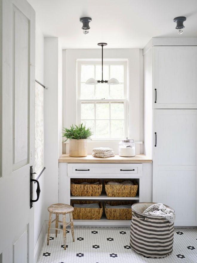 Wäschekörbe Interieur weiß Kleider falten Waschkäche Zimmerpflanze