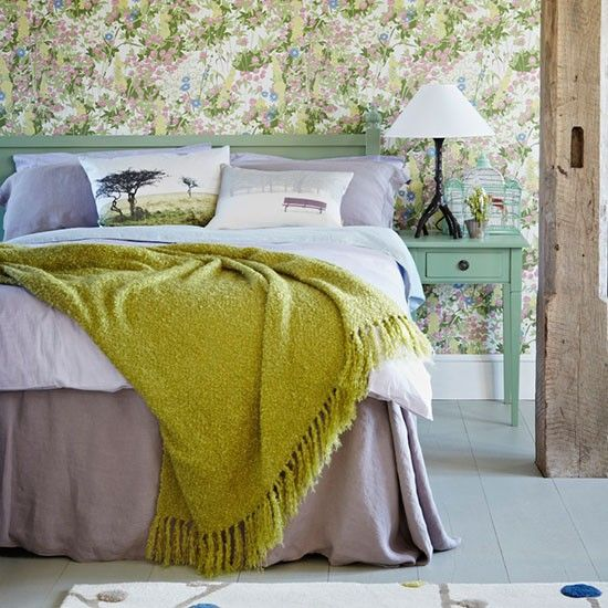 Wandgestaltung Schlafzimmer Tapeten Blumenmuster Decke gelb
