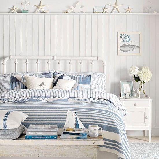 Das vorwiegend weiße Ambiente mit Azurblau erfrischen.