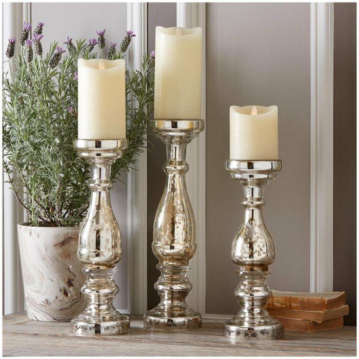 Weiß lässt sich mit Silber wunderschön kombinieren wie bei diesen Kerzenständern