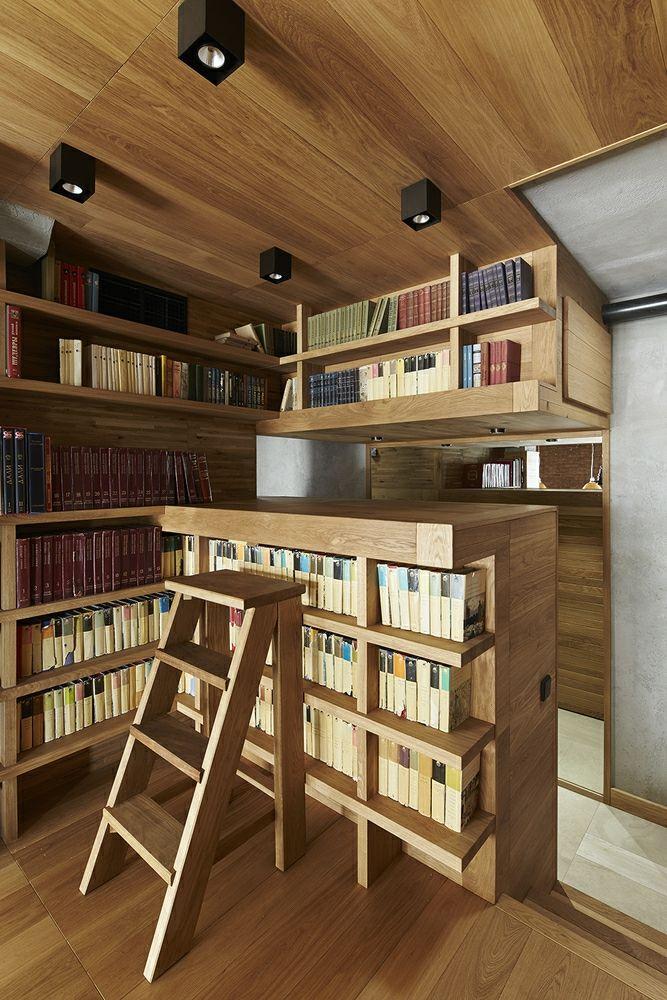 Wohnidee trendig industriell Eiche Schubkästen Alexey Rozenberg Bücherschrank Holzdeke