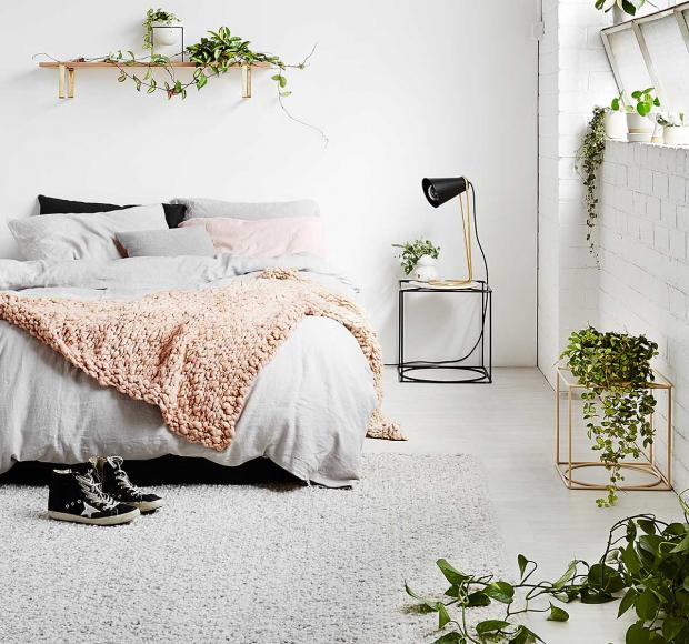 Wohnung Ideen Pflanzen Schlafzimmer grau weiß Zimmerblume