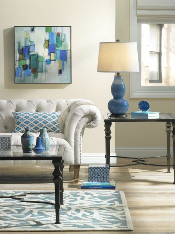 Wohnzimmer in den Farben Weiß und Blau