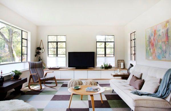 Der geometrische Teppich ergänzt die klare Optik im Wohnzimmer