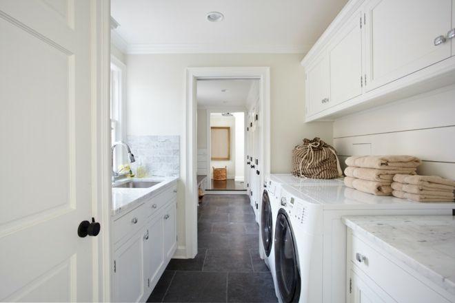 schwarze Fliesen Raumgestaltung Wäscheküche weiß Tücher