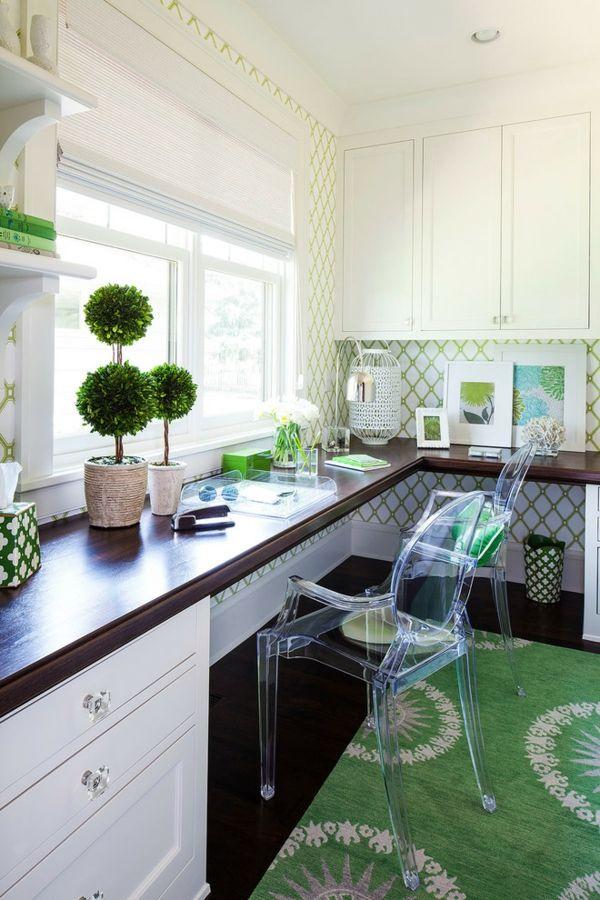 Arbeitsplatz zu Hause einrichten grüne Deko Elemente Teppich transparente Stühle