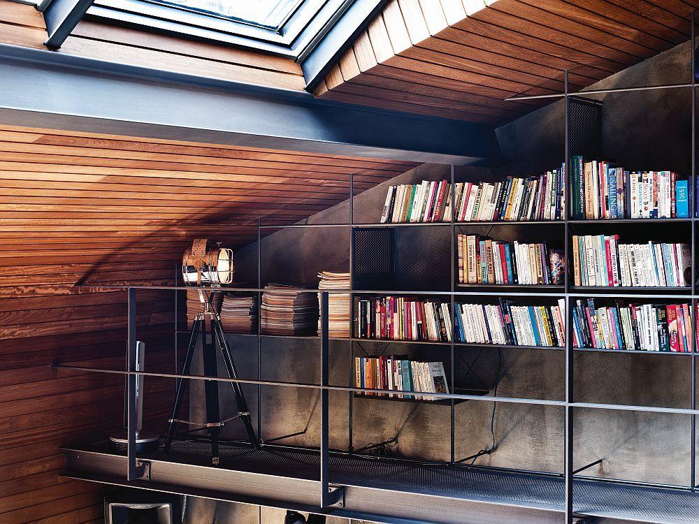 Ein Scheinwerfer hebt die stilvollen Bücherregale hervor