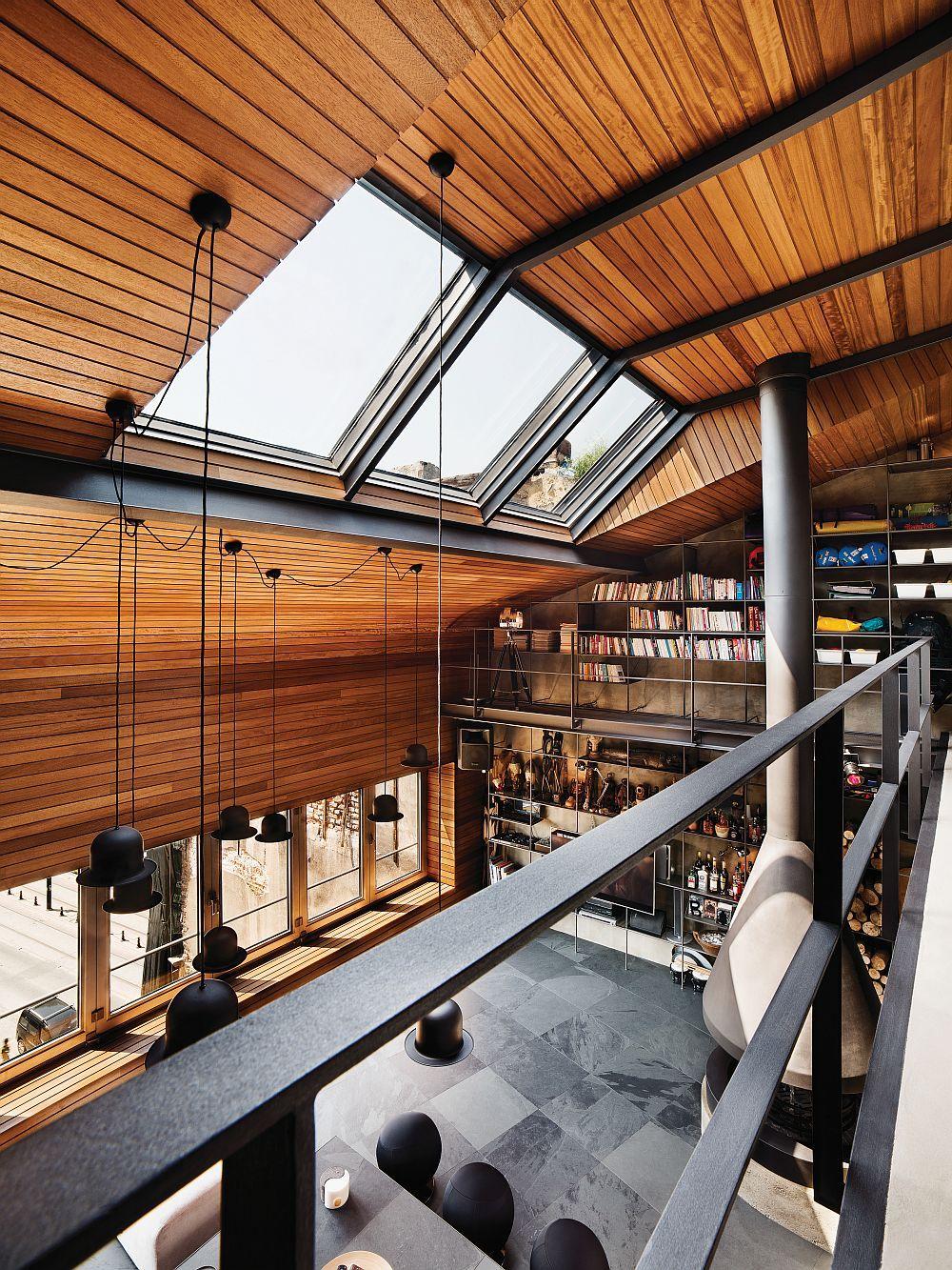 Die Dachfenster ermöglichen den Einfluss von genügend natürlichem Licht in die ganze Wohnung