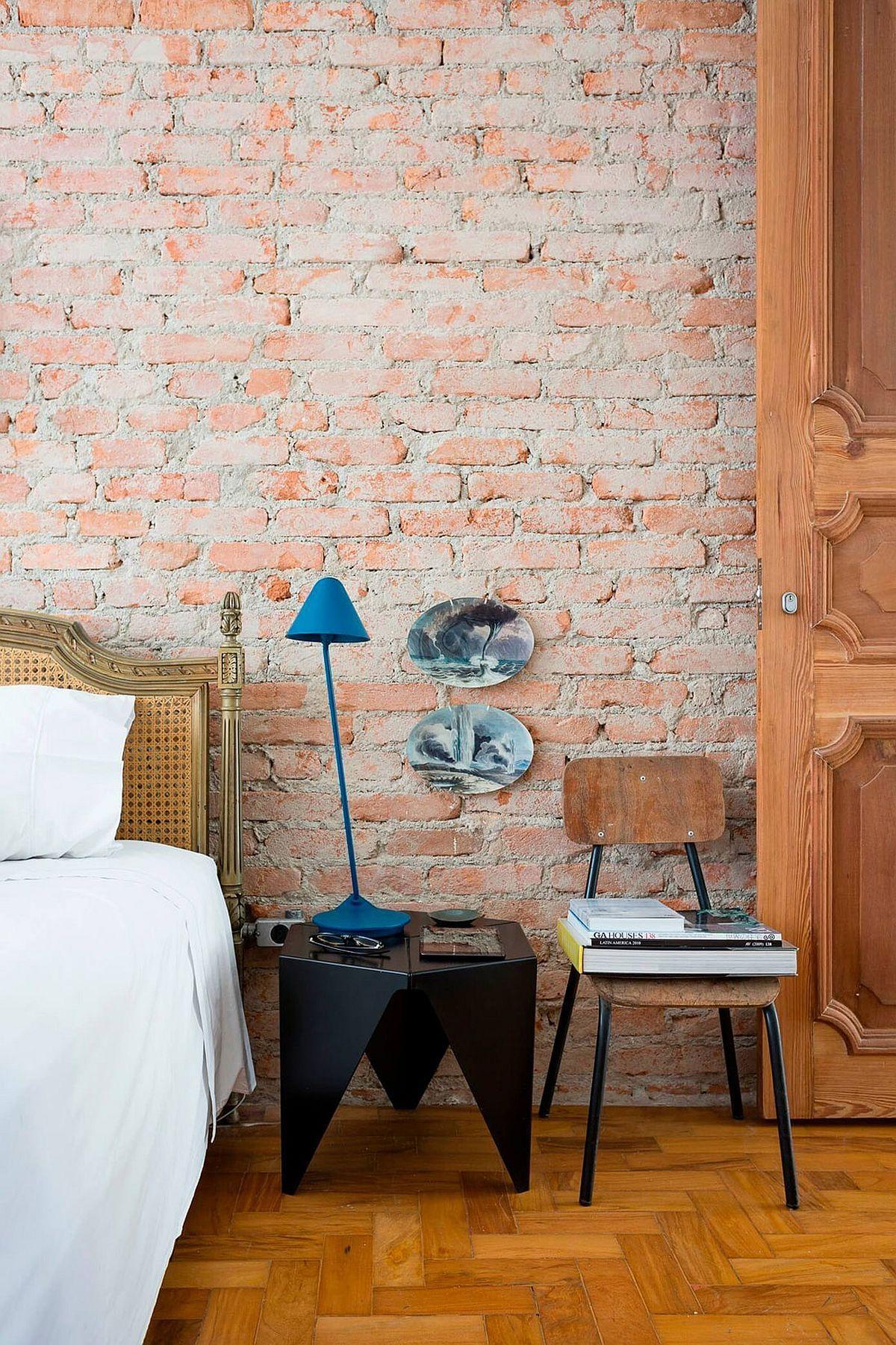 Der moderne Nachttisch und die knallige Tischlampe sind ein frischer Akzent im Schlafzimmer