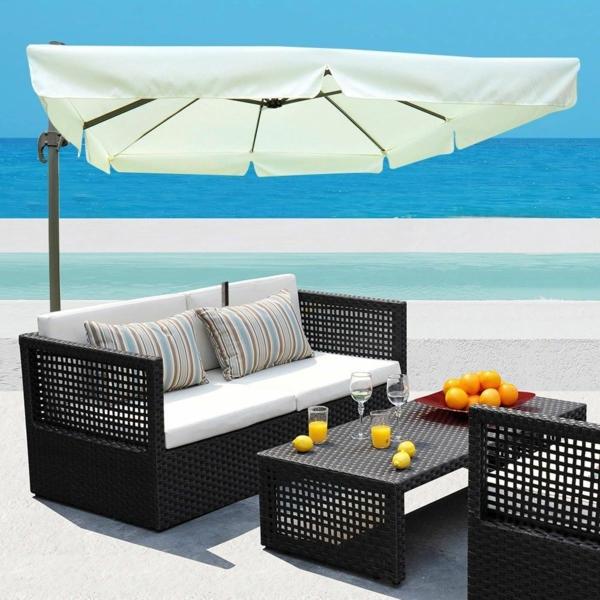 Die Terrasse wird stilvoller durch einen Sonnenschirm in passender Form und Farbe