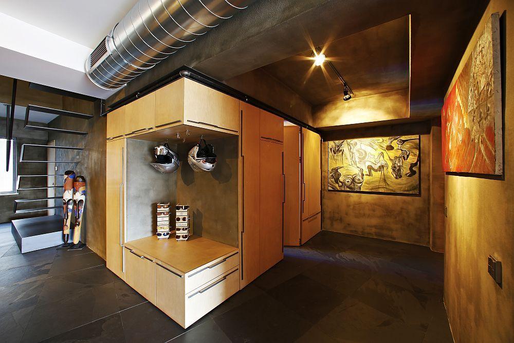 Der Eingangsbereich wird mit abstrakten Gemälden aufgepeppt