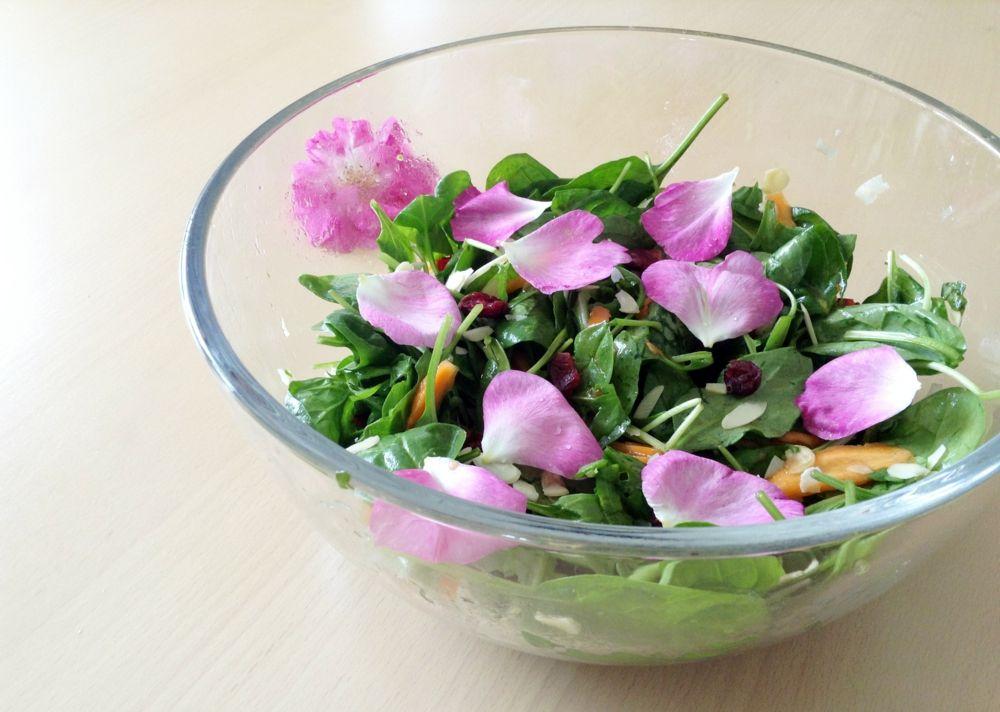 Grüner Salat mit Rosa Damascena Blüten