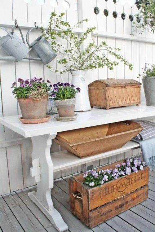 Holztisch in Weiß im Garten Holzbox für Blumen