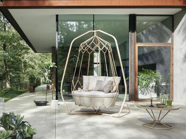 In der Gartenschaukel auf der eigenen Terrasse entspannen
