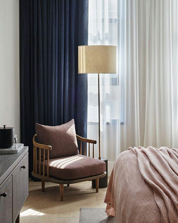 Innenausstattung Altrosa Schlafyimmer dunkelblau Vorhang Stehelampe