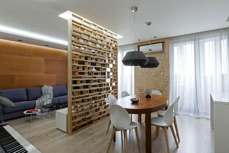 Ein tolles Holzregal teilt den Wohnbereich vom Essbereich ab