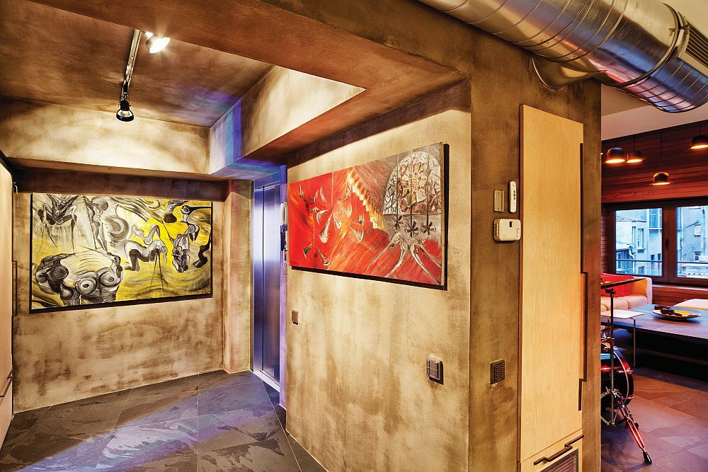 Modern gestylter Eingangsbereich: hellbraune Nuancen an den Wänden und große abstrakte Gemälde