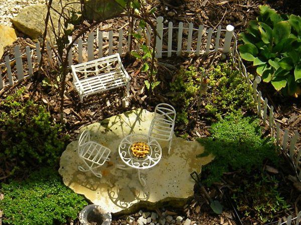 Kleiner Garten mit weißen Gartenmöbeln