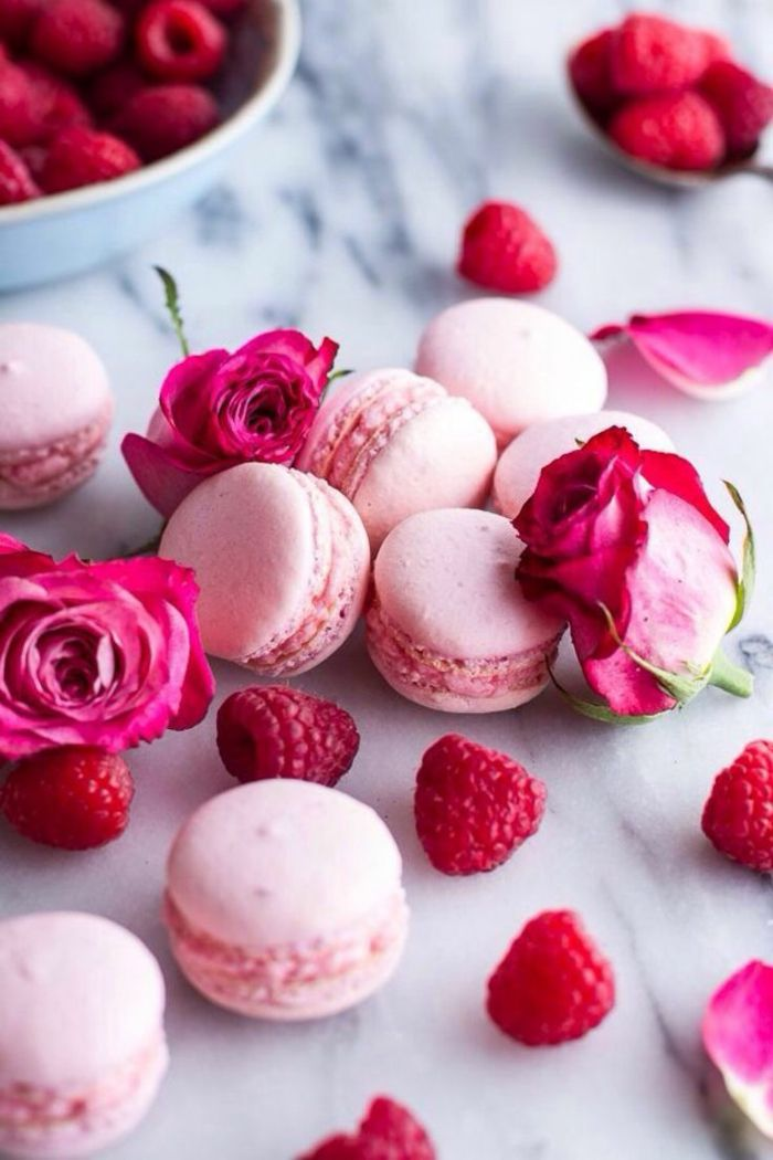 Kulinarische Gerichte mit Rosen bringen Farbe auf den Tisch