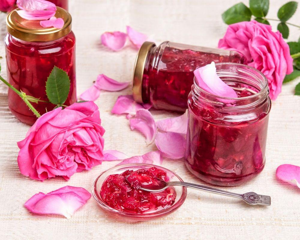 Kulinarische Rezepte kann man mit den zarten Blüten von Rosa Damascena wunderbar vorbereiten