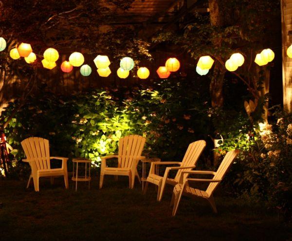 Lichterketten werden leicht um Bäume, Gartenmöbel und Sonnenschirme umgewickelt