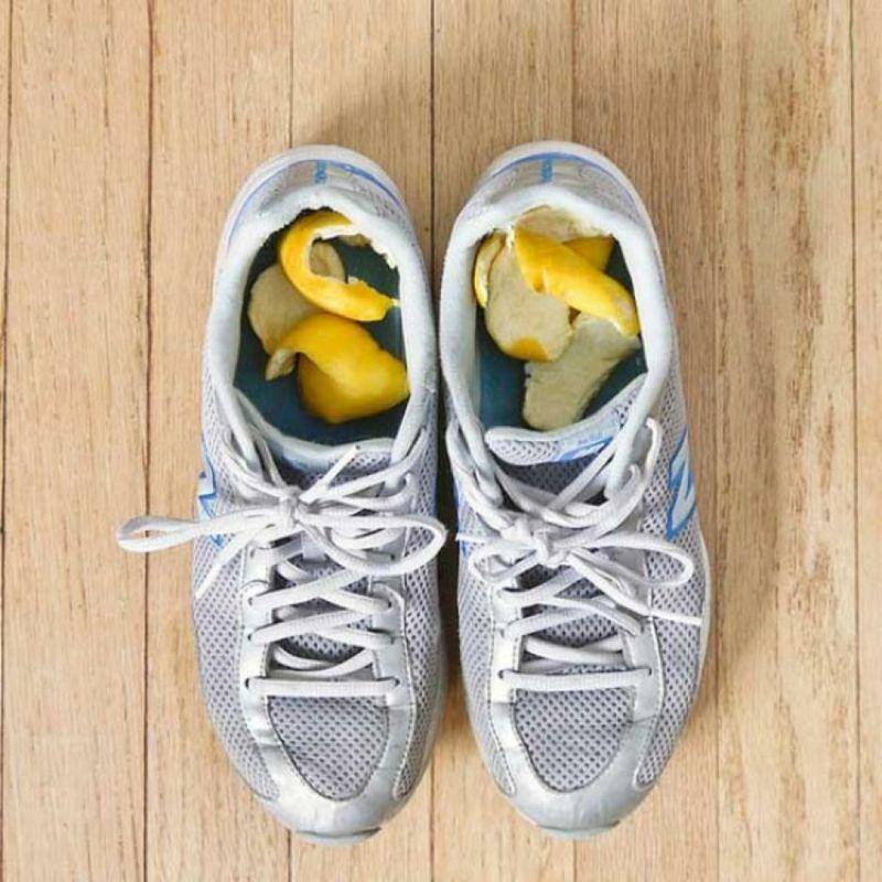 Die Zitronenschale entfernt schlechte Gerüche in den Schuhen und lässt sie angenehm duften