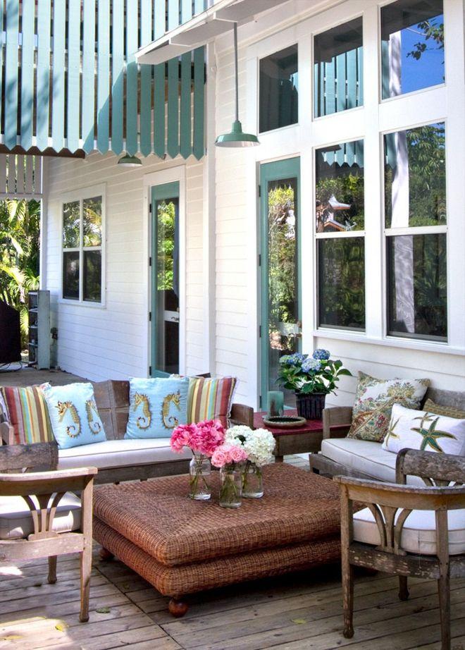Polstermöbel Terrasse Gestaltung Deko Kissen Blumenstrauß Rattan Tisch Holzboden