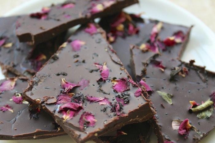 Rosen und Schokolade - ein wahrer Genuss auf dem Tisch