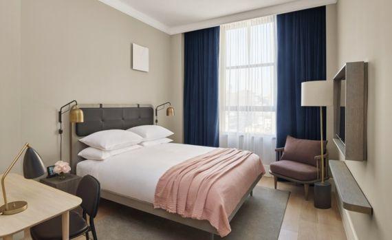 Schlafzimmer Interieur Innenausstattung dunkelblau Vorhänge Pastelltöne