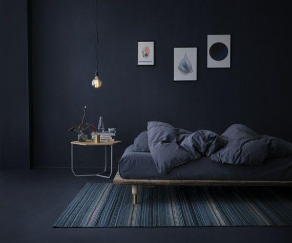 Schlafzimmer dunkelblau Pastelltöne trendiges Farbkonzept schlichtes Design