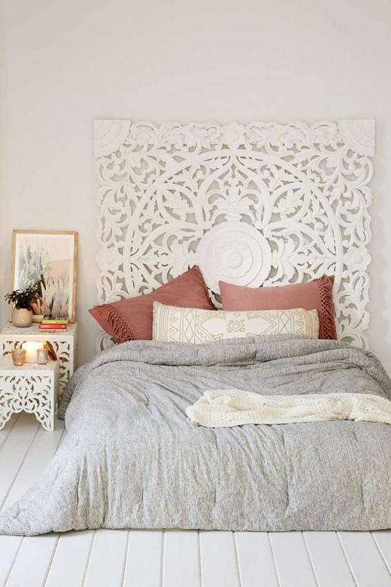 Schlafzimmer weiße Möblierung Deko Kissen marokkanischer Stil