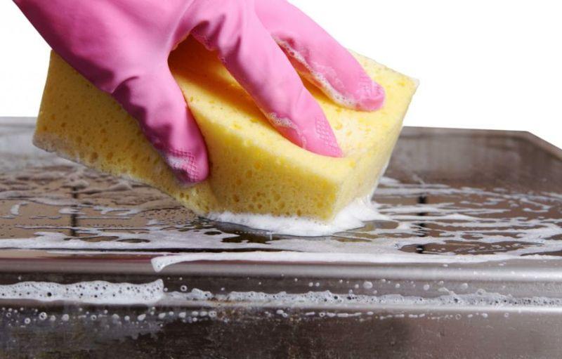 Schlechte Gerüche aus den Küchengeräten mit Zitronensaft entfernen