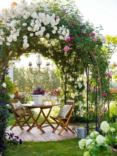 Sitzbereich im Garten Gartenbogen schattige Stelle Exterieur