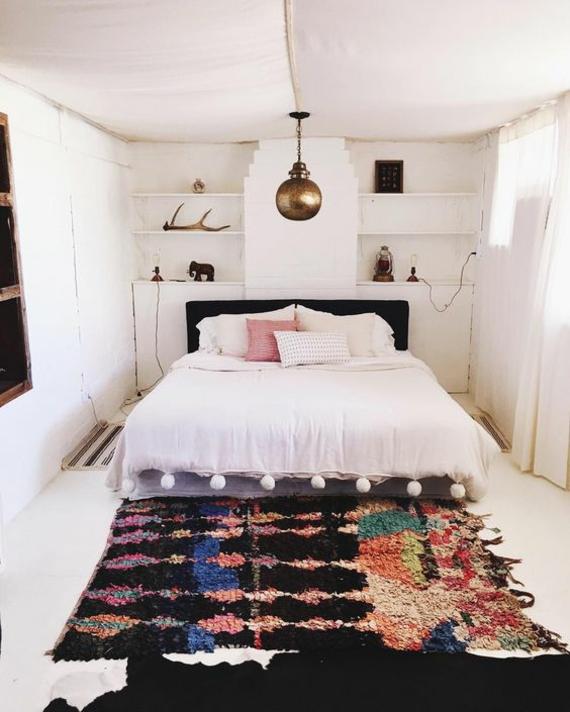 Teppich gewebt Zelt Optik goldene Hängeleuchte weiße Quasten