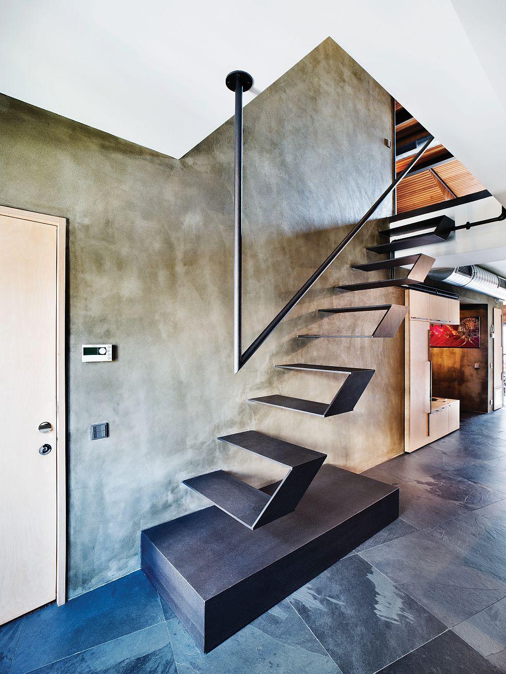 Die Stufen und das Geländer sind ein sehr interessanter Akzent im Raum