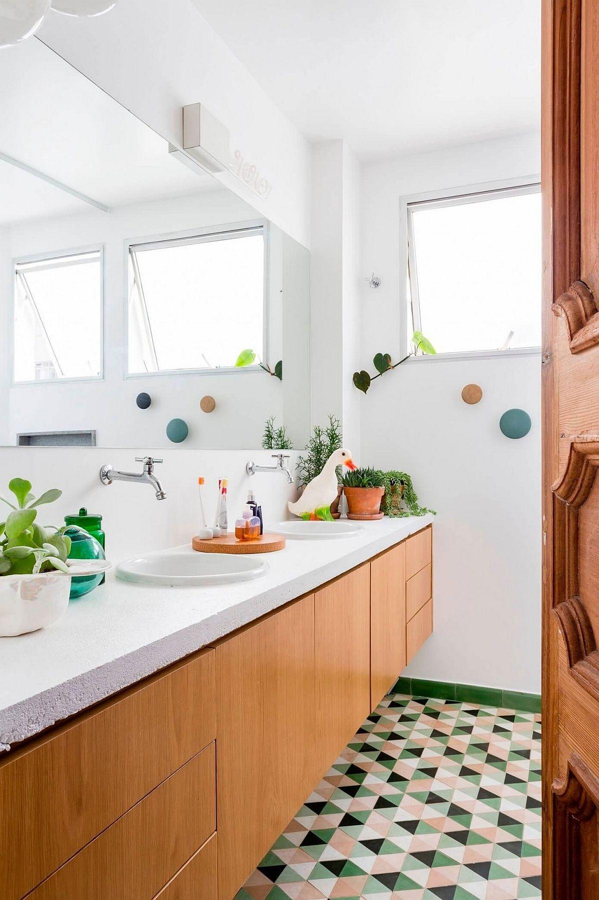 Fühlen Sie sich wie im Garten mit mehreren Pflanzen und Gartenfiguren auf dem Waschtisch umgeben