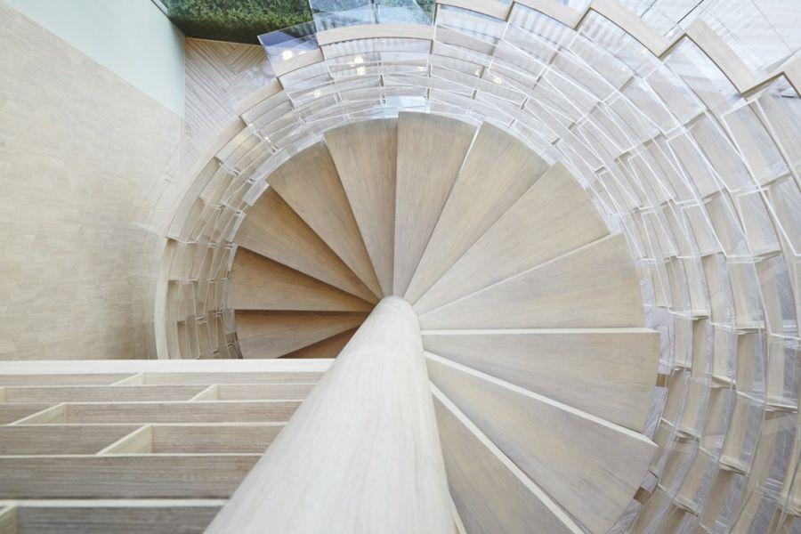 Wendeltreppe Holzstufen modernes Design Das Kaffeehaus Thailand