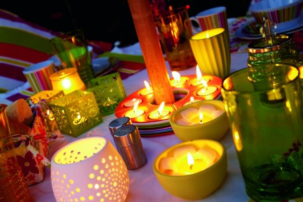 Windlichter mit Kerzen als Deko im Garten