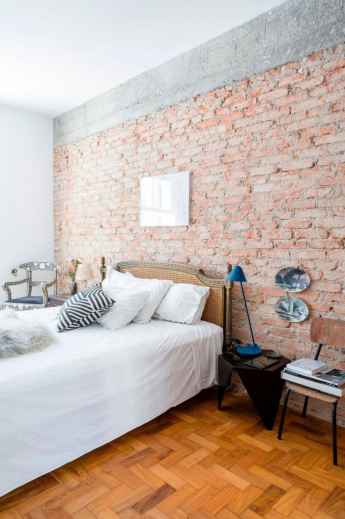 Eine Ziegelwand im Schlafzimmer dient als Blickfang dort