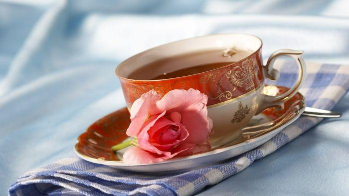 Zum Rosenkaffee eignet sich Geschirr mit Rosendekor besonders gut