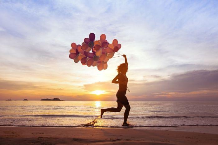 bunte Ballons am Strand Meer Sonnenuntergang