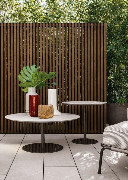 elegantes Holzzaun im Außenbereich runde Tische