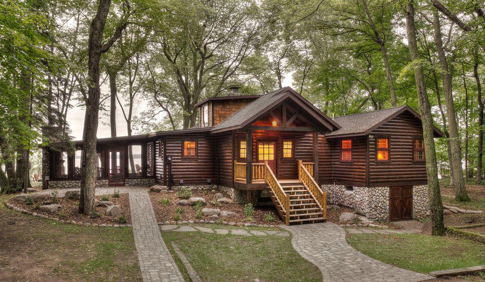 Holz und Steine bilden die perfekte Fassade für eine Hütte
