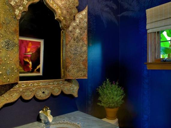 goldfarbene Damentoilette dunkelblau Zimmerpflanze Marokko Design