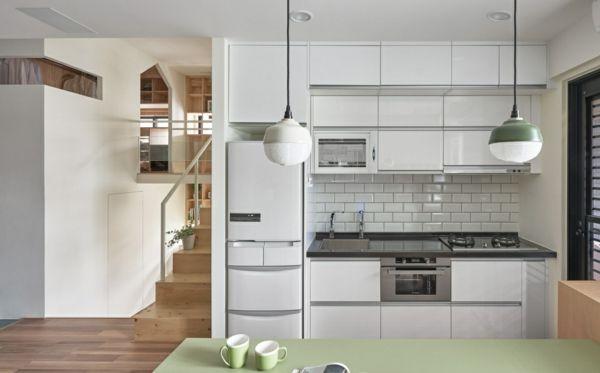 kleine Küche in Weiß Einrichtungsideen Hängeleuchte Holzboden