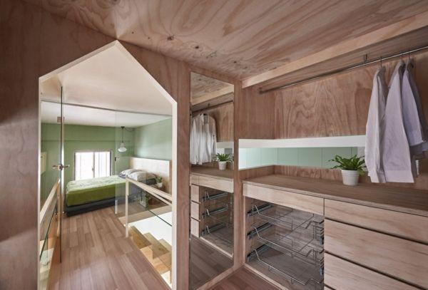 kleine Wohnung Einrichtungsideen Kleiderraum Spiegel Holzverkleidung