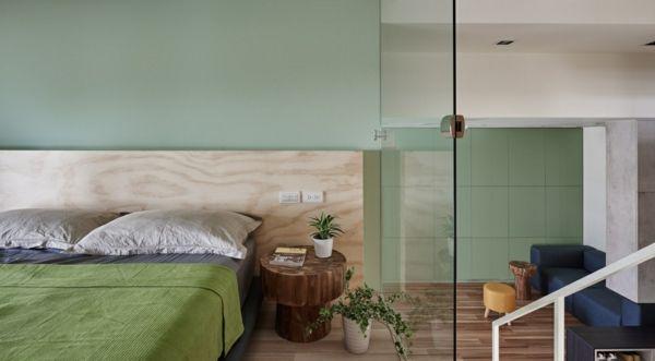 kleines Schlafzimmer Glaswand Hinterkopf aus Holz moderne Optik