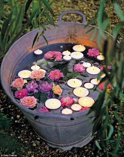 sommerliche Stimmung im Garten Teelichter in Wasser